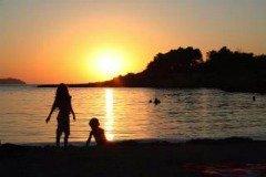 genieten van een zonsondergang met je baby