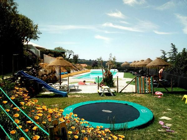 trampoline en glijbaan voor vermaak van de kinderen