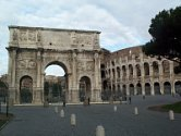 Bij het Colosseum in Rome