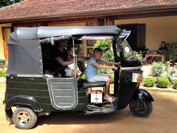 Met een tuk-tuk door Sri Lanka