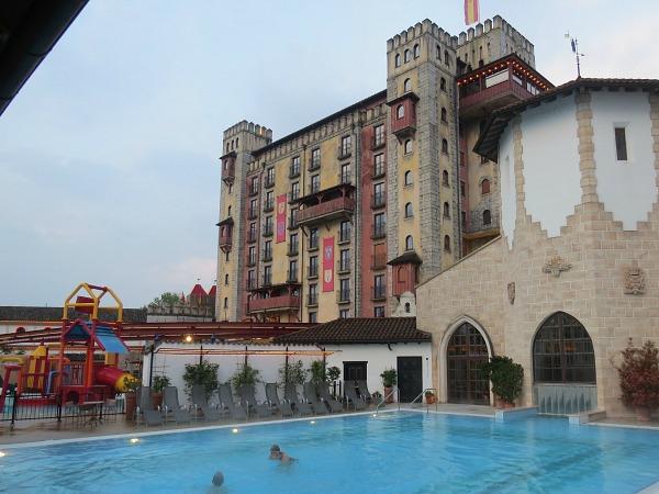 Hotel Catillo Alcazar met op de voorgroond het zwembad van Hotel Santa Isabel