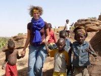 Monique Tegellove omringd door lokale kinderen
