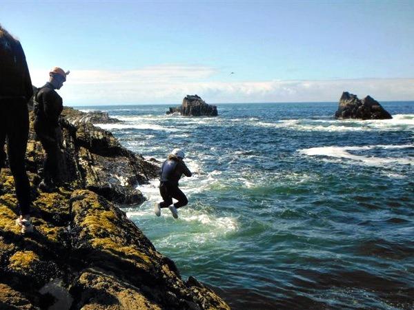 Van de rotsen springen in Noord-Ierland