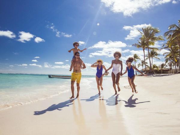 gezin loopt over het strand