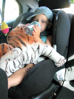 Onze peuter Tycho in een kinderzitje met alles wat-ie nodig heeft...