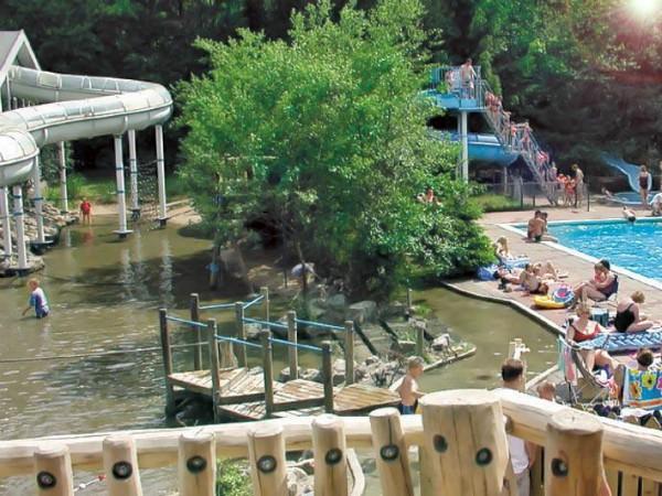 waterspeelplaats en zwembad van camping de Wildhoeve