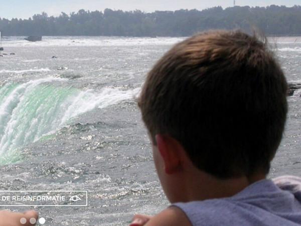 kind kijkt naar waterval