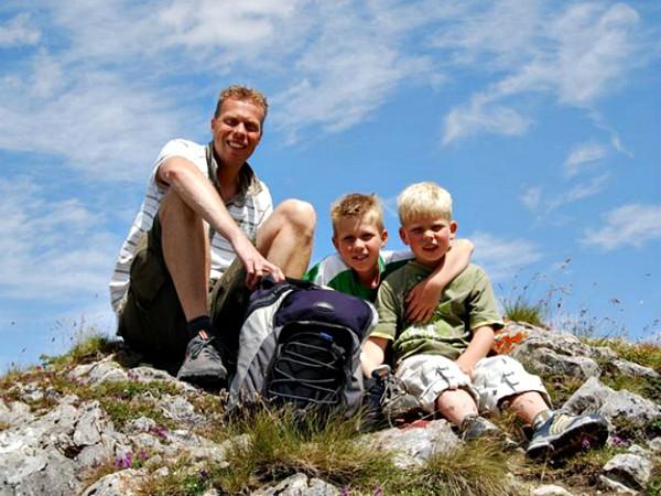 Vader en kinderen op de berg