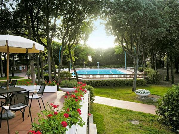 tuin en zwembad van hotel I Lecci
