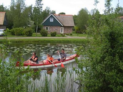 Gezin aan het kanoën
