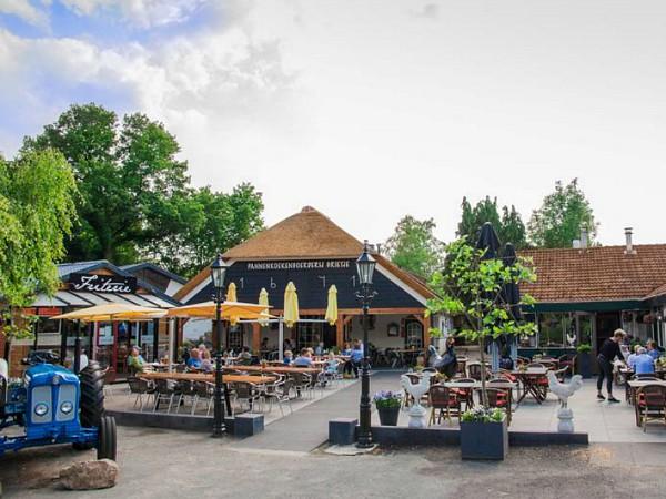 pleintje met terras op vakantiepark Ruwinkel
