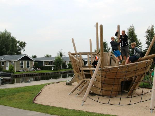Speelschip op vakantiepark Giethoorn