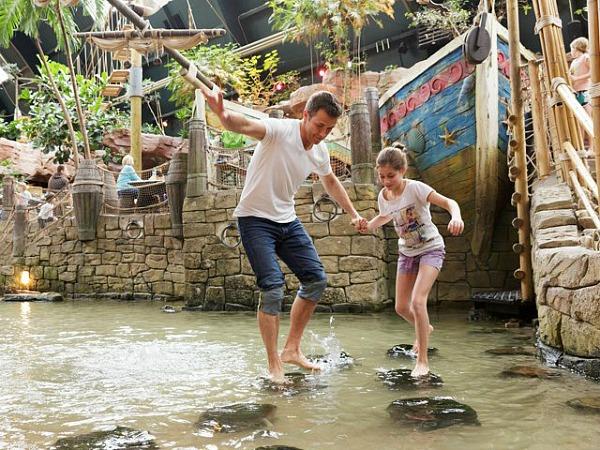 balanseren op stenen in het water in discovery bay
