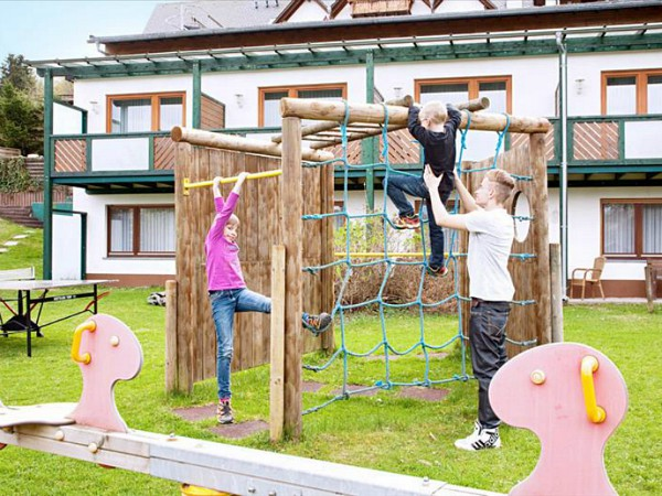 kinderen spelen in de speeltuin bij waldhotel willingen