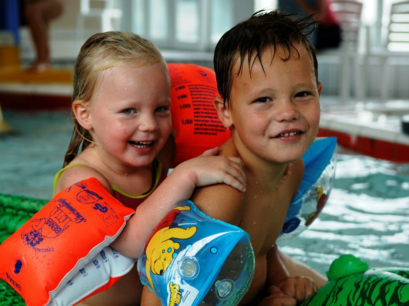 Broer en zus in het zwembad