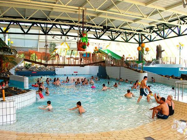 Het subtropische zwembad bij vakantiepark Hengelhoef