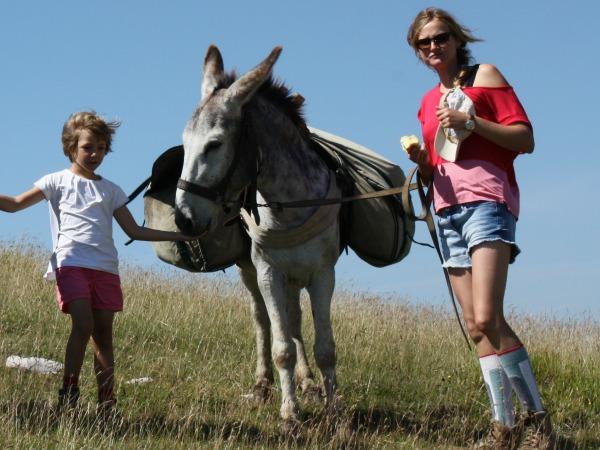 Eigenaresse Tinne met haar dochter en een ezel