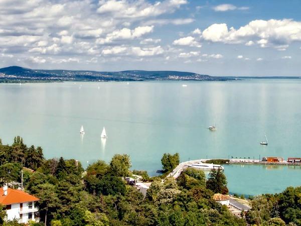 Het grote Balatonmeer in Hongarije