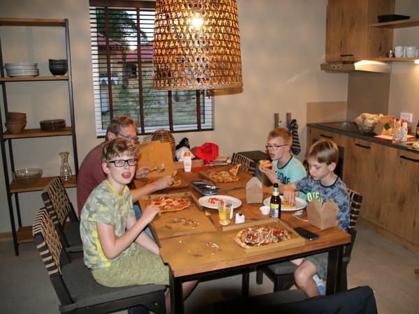 Pizza eten in de lodge, Safari Resort Beekse Bergen