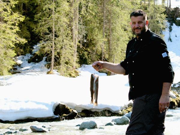 Derco kookt, en gebruikt daarbij onder andere zelf gevangen vis