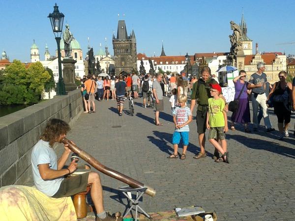 Straatmuzikant met didgeridoo op de Karelsbrug