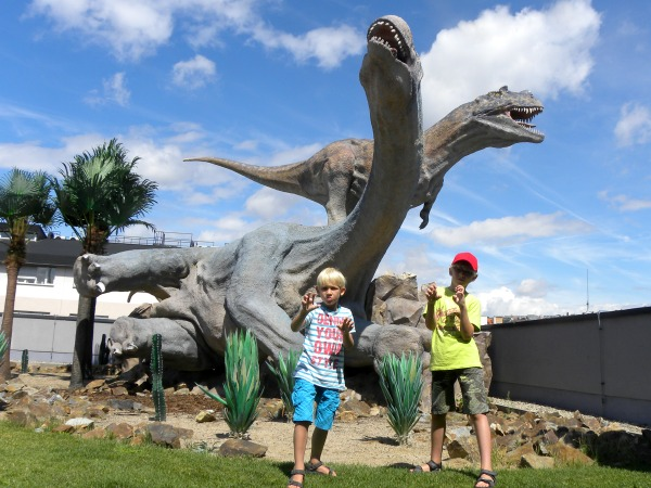 Levensgrote dino's in het Dinopark in Praag