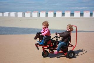 Op het strand van Nieuwpoort zijn leuke fietsjes te huur