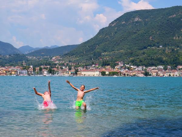 Afkoelen in het Gardameer met Salò op de achtergrond