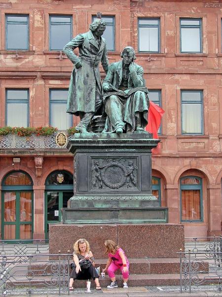 Standbeeld van de gebroeders Grimm in Hanau