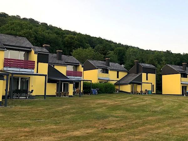 De gele huisjes op Vakantiepark Hambachtal