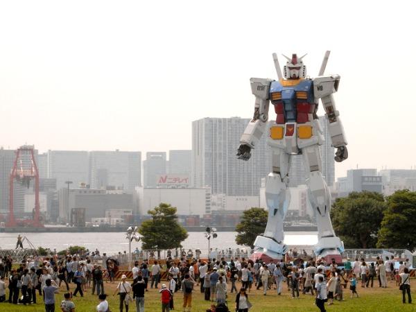 Japanners houden van robots. Deze staat midden in Tokyo