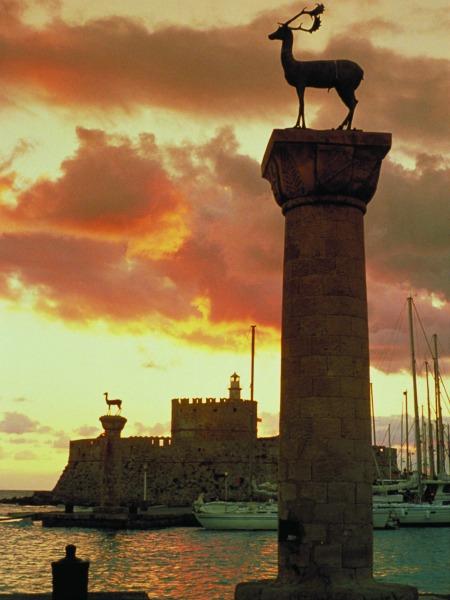 Het hert en de hinde van Rhodos in de haven