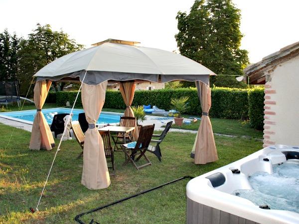 De Jacuzzi en het zwembad in de tuin