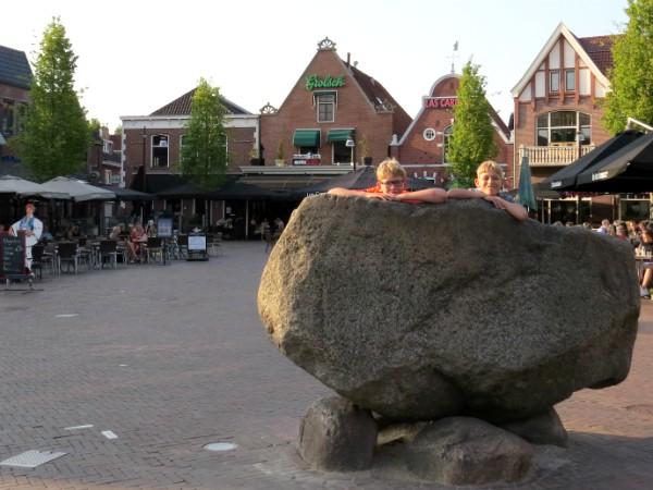 Zeb en Tycho beklimmen de kei in het centrum van Oldenzaal