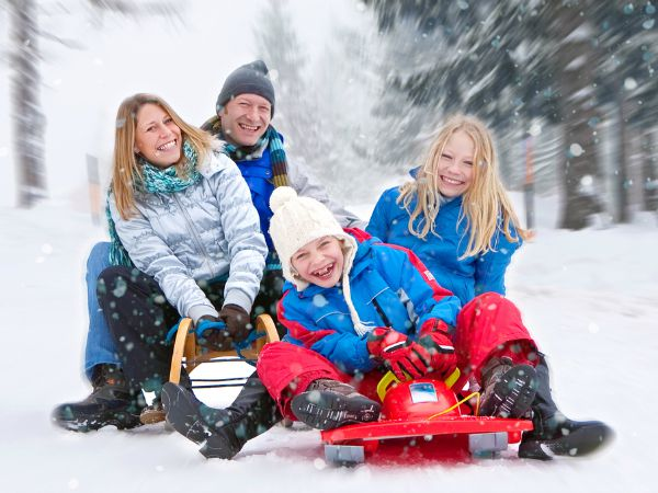 Pret in de sneeuw met het hele gezin