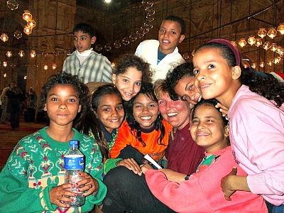 Bedolven onder de kinderen in de moskee