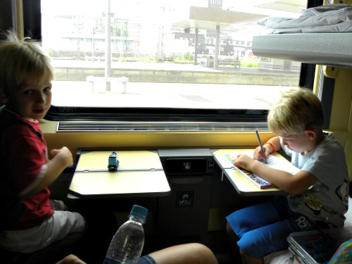 Lekker kleuren en spelen in de trein