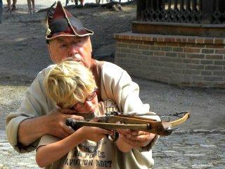 Zeb leert kruisboog schieten in kasteel Krivoklat
