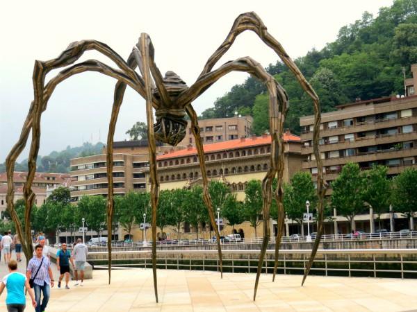 Kunstwerk bij het Guggenheim museum in Bilbao