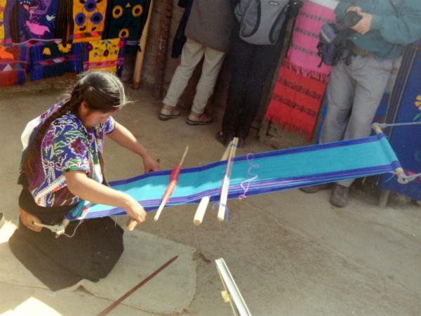 Een indiaanse vrouw aan het weven in Chiapas