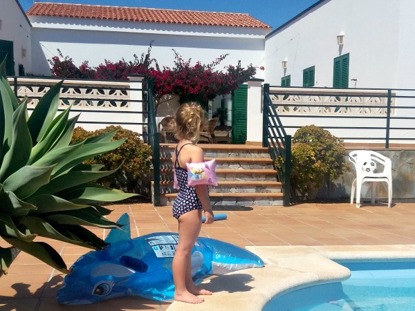 Maria's dochter Julia bij het zwembad van de villa