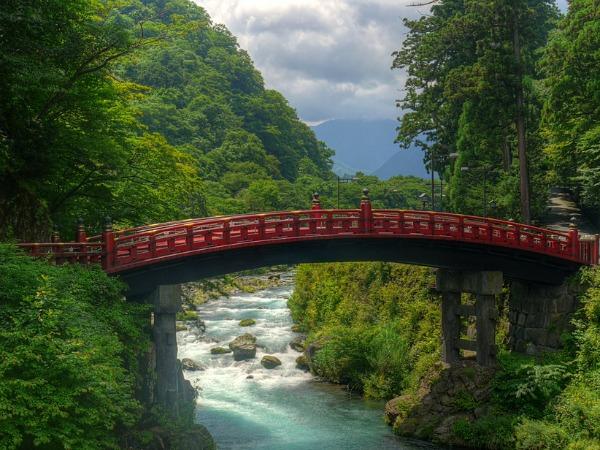 Japanse brug in de prachtige natuur van Nikko National Park