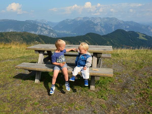 Na een bergwandeling rusten de kinderen uit op een bankje