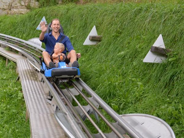 Vader en zoon op de rodelbaan in het Zillertal