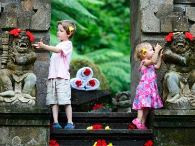 Kinderen bij een tempel op Bali