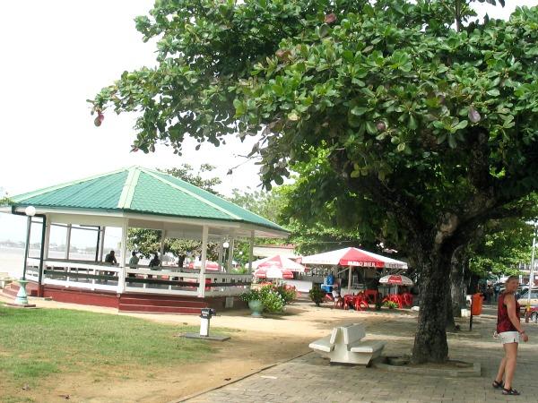 Gezelligheid langs de waterkant in Paramaribo