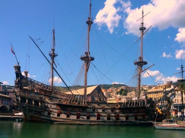 Het piratenschip in de haven van Genua