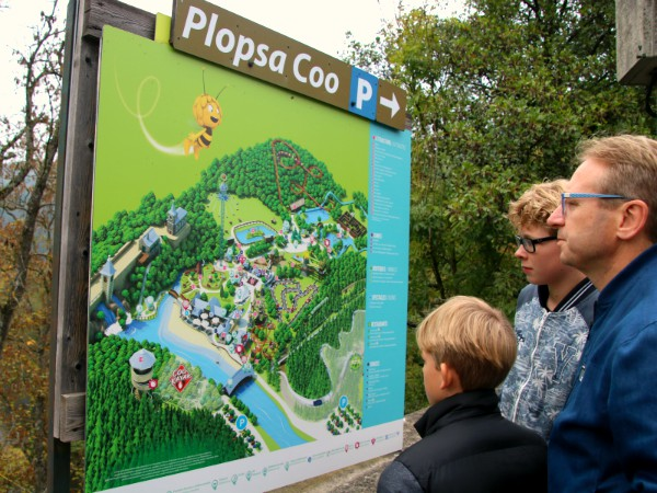 We bestuderen de plattegrond van Plopsa Coo