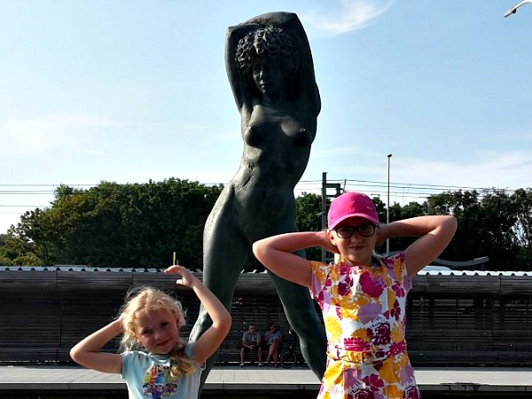 Poseren bij een standbeeld in Bredene