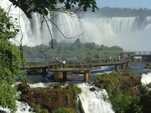 Wandelsteigers langs de Iguacu watervallen